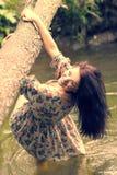 河的河岸的年轻美丽的女孩 免版税库存照片