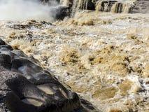 黄河的浪潮起伏的水有被腐蚀的岩石的 库存图片