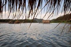 河的浮动房子 免版税库存照片
