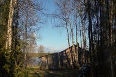 河的海岸的老房子 库存图片