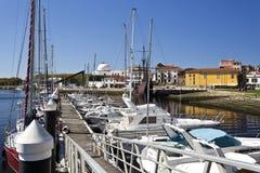 河的消遣小游艇船坞 库存照片