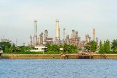 河的炼油厂日落时间的 免版税库存照片