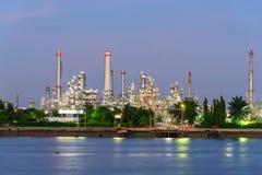 河的炼油厂日落时间的 库存照片