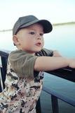 河的男孩 免版税库存照片