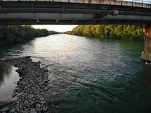 河的看法在桥梁下的 免版税库存照片