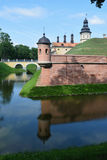 从河的看法设防的和城堡耸立 免版税库存照片