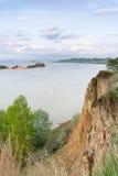 河的看法通过一座残破的山 横向 库存照片