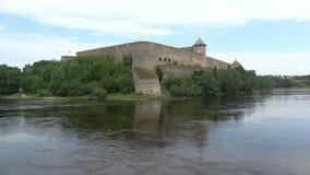 河的纳尔瓦,天Ivangorod堡垒在威严的俄罗斯 影视素材