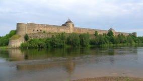 河的纳尔瓦,晴朗的威严的天Ivangorod堡垒 俄国 影视素材