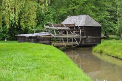 河的老磨房房子在东欧 免版税库存图片