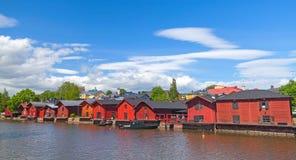 河的老红色房子在波尔沃沿岸航行 免版税库存照片