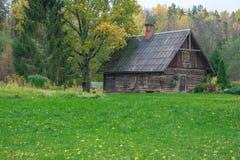 河的艾买提,拉脱维亚老房子 秋天,树 2017年 免版税图库摄影