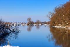 河的镇静水表面在晴朗的冬天晚上 33c 1月横向俄国温度ural冬天 免版税图库摄影