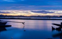 河的长尾巴小船公园黄昏的 免版税图库摄影