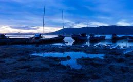 河的长尾巴小船公园黄昏的 免版税库存照片