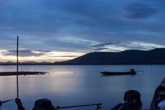 河的长尾巴小船公园黄昏的 免版税库存图片