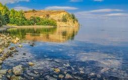 河的陡峭的海岸 免版税库存图片