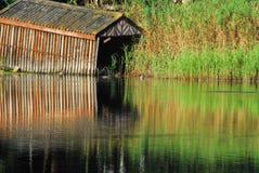 河的非洲美妙地被反射的船库 免版税库存图片