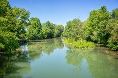 河的马恩省海岛,被命名Val de马恩省的小的威尼斯在巴黎和克雷泰伊法国附近 免版税图库摄影