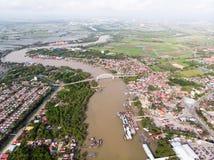 河的鸟瞰图在渔夫村庄 免版税图库摄影