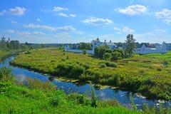 河的Kamenka两个修道院在苏兹达尔,俄罗斯 免版税库存图片