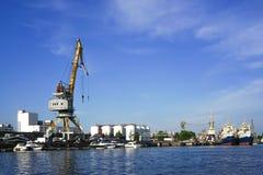 河的Pregol海口有船和货物的在蓝天背景抬头  免版税库存照片