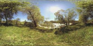 河的UHD 4K 360 VR虚拟现实漫过岩石在美好的山森林风景 股票录像