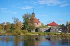 河的Vuoksi,晴朗的10月天Korela堡垒 Priozersk,俄罗斯 免版税库存图片