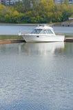 从河码头的白色偏僻的小船 库存图片