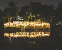 河砰的宾馆在晚上 图库摄影