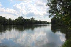 河网在夏天,钓鱼在湖的小船环境 免版税库存照片
