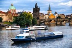 河船巡航向Charel ` s桥梁和伏尔塔瓦河 库存照片
