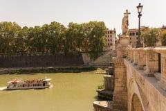 河船巡航在罗马意大利 库存照片