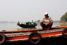 河船民坐渡轮 免版税图库摄影