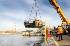 河船运载一台起重机 免版税库存图片