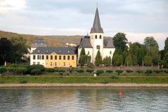 河莱茵河和有白色教会的小镇在波恩附近在德国 图库摄影