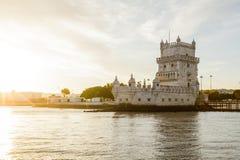 河观点的贝伦塔在里斯本,葡萄牙 免版税库存图片