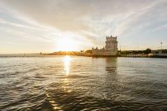河观点的贝伦塔在里斯本,葡萄牙 库存图片