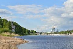 河视图伟大, Olginsky桥梁和三位一体大教堂 库存图片