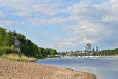 河视图伟大, Olginsky桥梁和三位一体大教堂 免版税库存照片