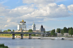 河视图伟大, Olginsky桥梁和三位一体大教堂 库存照片
