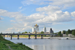 河视图伟大, Olginsky桥梁和三位一体大教堂 免版税库存图片