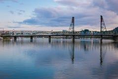 河视图在街市波特兰,华盛顿 免版税库存图片