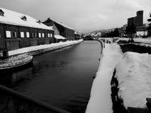 河视图在镇里 免版税图库摄影