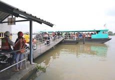河轮渡靠码头在一艘浮船在昭披耶河 图库摄影