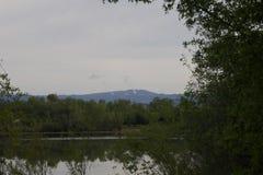 河边区地方公园-钓鱼的两个美丽的湖,划皮船,乘独木舟和站立用浆划 库存图片