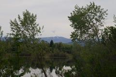 河边区地方公园-钓鱼的两个美丽的湖,划皮船,乘独木舟和站立用浆划 免版税库存图片