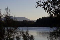 河边区地方公园-钓鱼,划皮船,乘独木舟和直立用浆划的两个美丽的湖 库存照片
