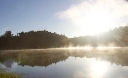 河边区地方公园-钓鱼,划皮船,乘独木舟和直立用浆划的两个美丽的湖 免版税库存图片