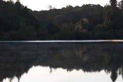 河边区地方公园-钓鱼,划皮船,乘独木舟和直立用浆划的两个美丽的湖 免版税库存照片